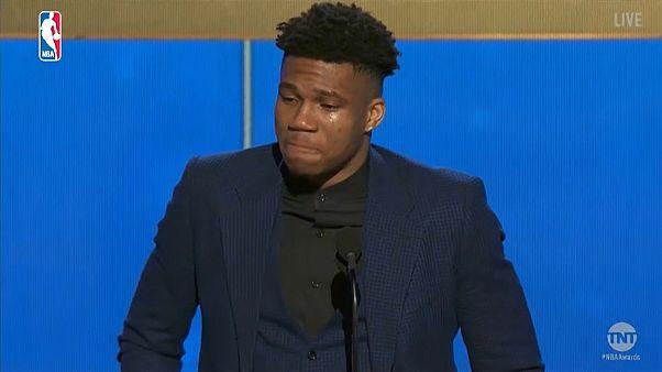 فيديو: دموع و خطاب مؤثر في فوز أنتيتوكومبو بجائزة أفضل لاعب بدوري السلة الأمريكي
