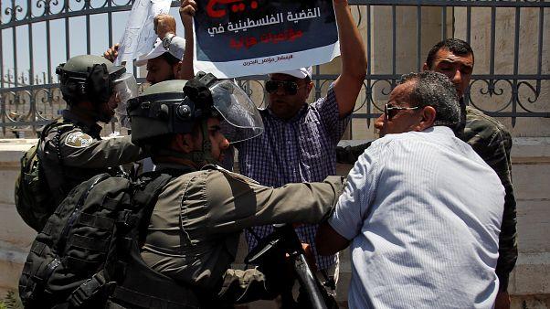 شاهد: اشتباكات بين فلسطينيين وقوات إسرائيلية احتجاجاً على مؤتمر البحرين