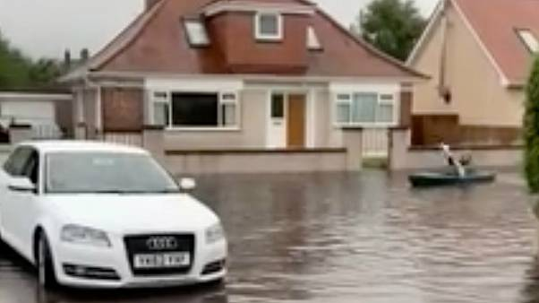 فيديو: الزوارق بدلاً من السيارات في شوارع مدينة اسكتلندية غمرتها مياه الأمطار