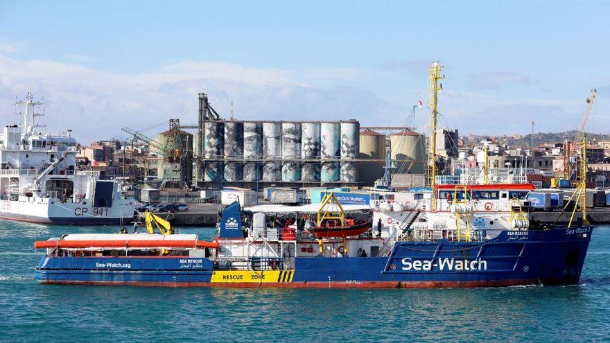 À regarder à nouveau: Défiant Rome, le navire de sauvetage migrant Sea-Watch 3 entre dans les eaux italiennes