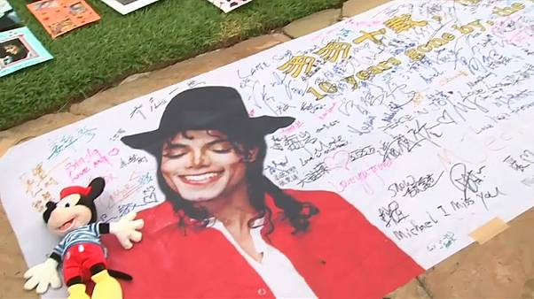 شاهد: عشاق مايكل جاكسون يحيون الذكرى الـ 10 لرحيله