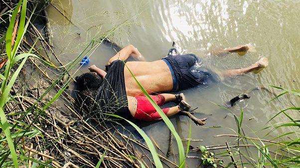 مهاجر ميت وابنته الميتة ايضا تعانقه بذراعها في مياه ضحلة قرب الحدود الأمريكية بعد محاولة يائسة لبلوغ ضفة النهر