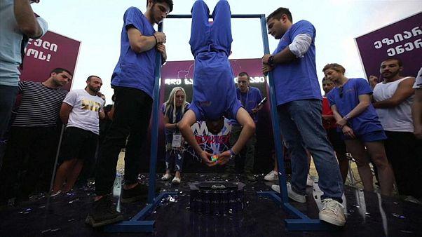 Rubik-rekord: 13 másodperc alatt rakta ki fejjel lefelé lógva a kockát egy diák