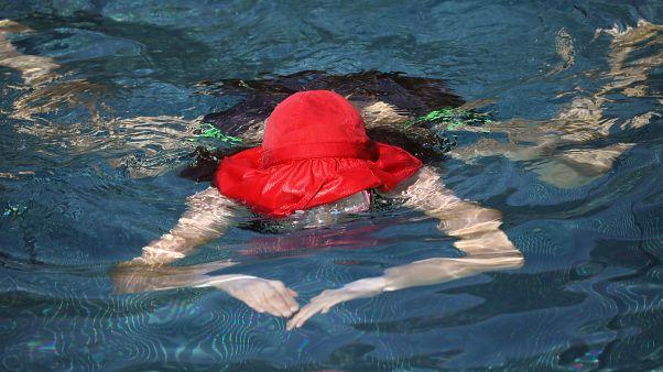 Fransa'da Müslüman kadınlarla dayanışma için burkiniyle havuza girmeye tepki: 'Gelin çıplak yüzelim'