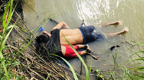 Σύνορα Μεξικού - ΗΠΑ: Πατέρας και κόρη βρέθηκαν νεκροί αγκαλιά στον ποταμό
