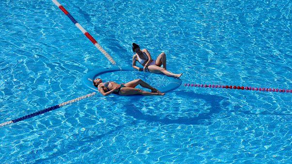 روسيتان تستجمان في إحدى برك السباحة في كراسنويارسك في سيبيريا. حزيران/2019