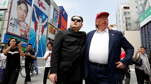 Trump ve Kim'in dublörleri Osaka caddelerinde yürüdü