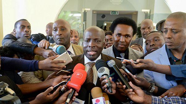 Secretário-geral da Renamo, André Majibire (C), fala aos jornalistas após entrega da candidatura