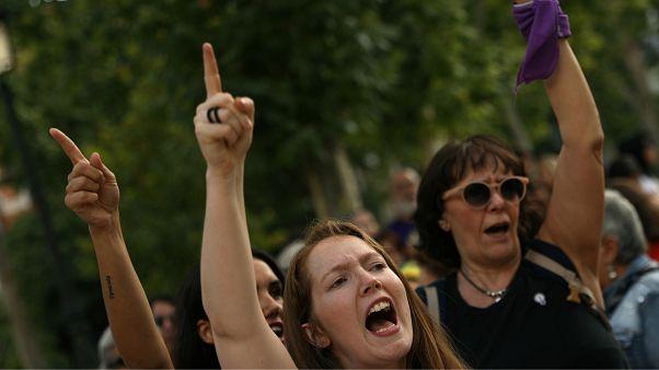 Almanya'da toplu tecavüzle suçlanan 11 kişi hakim karşısında