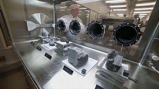 صخور من القمر في مختبرات ناسا