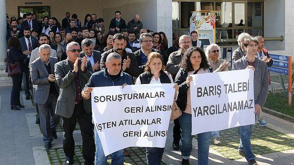 Barış akademisyeni Tezcan uçak kapısında gözaltına alındı, ifadesinden sonra serbest bırakıldı