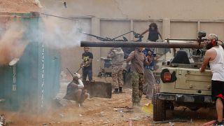 مقاتلون موالون للحكومة الليبية المدعومة من الأمم المتحدة خلال اشتباكات مع قوات شرق ليبيا بقيادة خليفة حفتر