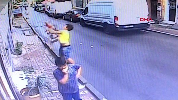 شاهد: شاب جزائري ينقذ طفلة سورية من موت محقق في تركيا