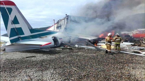 شاهد: قتيلان و7 جرحى خلال هبوط اضطراي لطائرة روسية