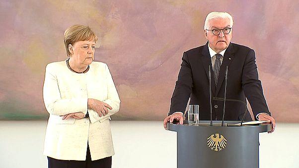 شاهد: المستشارة الألمانية أنغيلا ميركل ترتجف أمام الرئيس فرانك فالتر شتاينماير