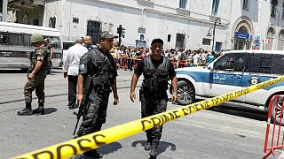 Perímetro policial em torno do atentado suícida no centro da capital da Tunísia