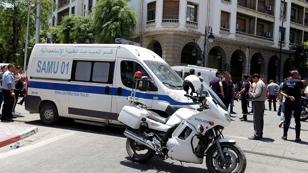 آلية تابعة للشرطة التونسية بالقرب من مكان أحد التفجيرين