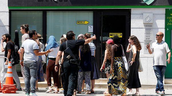 عنصر من الشرطة التونسية يطالب سياحا بالابتعاد عن أحد مكان التفجيرين