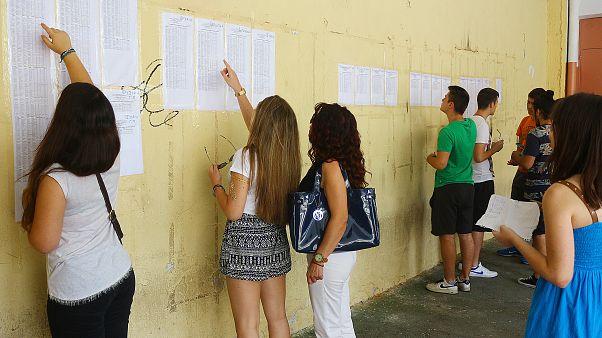 Μαθητές κοιτάνε τις βαθμολογίες από τα μαθήματα