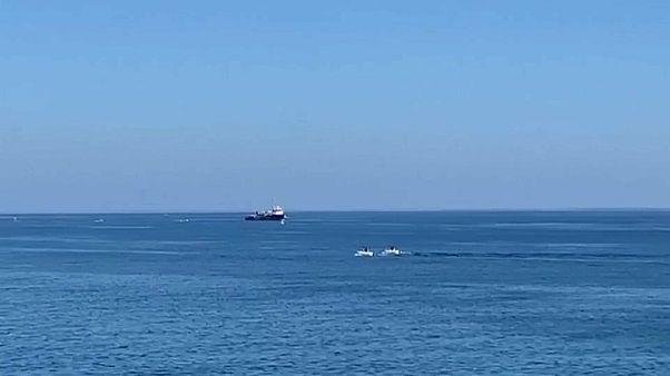 بروكسل تطالب روما بحلٍ سريع لمهاجرين على متن سفينة إنقاذ دخلت المياه الإقليمية الإيطالية