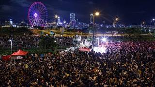 Hong Kong'ta binlerce gösterici 'Şimdi Demokrasi' sloganları attı