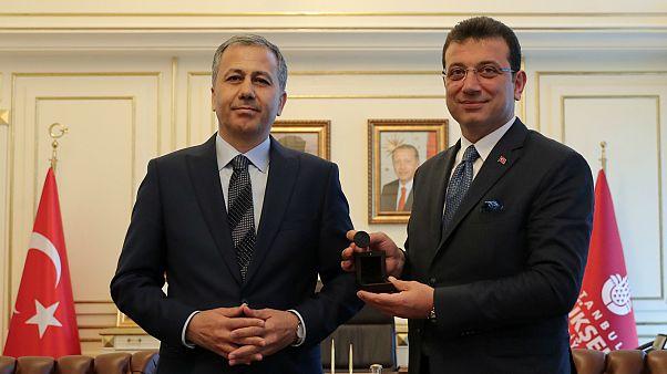 شاهد: اكرم أوغلو يتولى رسميا مهام منصبه رئيسا لبلدية اسطنبول
