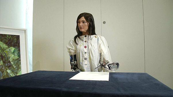 """أعمال فنية رسمتها """"الفنانة"""" الروبوت تحقق نحو مليون جنيه استرليني في أول عرض"""