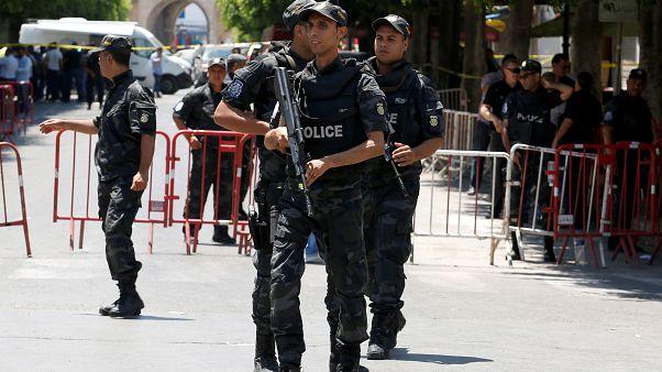 عناصر من الشرطة التونسية بالقرب من مكان وقع أحد التفجيرين في العاصمة