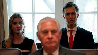وزير الخارجية الأميركية السابق ريكس تيلّرسون وخلفه إيفانكا ترامب وزوجها جاريد كوشنر. أكتوبر/2017