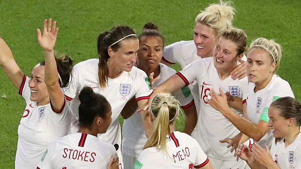 England schlägt Norwegen, Beckham undTochter jubeln