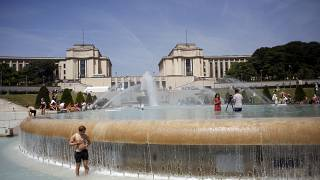 عدد من الناس يهربون من الحر الشديد إلى المسابح والنوافير بالعاصمة الفرنسية باريس. حزيران/2019