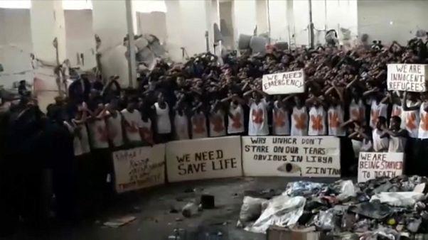 مئات المهاجرين المحاصرين في مركز احتجاز في ليبيا يطلبون النجدة