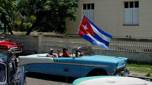Turistas passeiam por Havana num dos carros clássicos d cidade