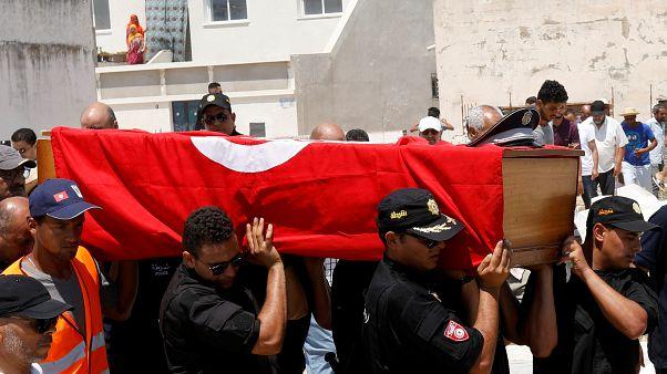 تونس تشيع ضحية التفجيرين الانتحاريين وتتجاوز أثار يوم عصيب مع تحسن صحة الرئيس