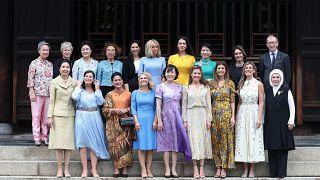 الصورة التذكارية التي جمعت زوجات الرؤساء المشاركين في قمة أوساكا إضافة إلى زوج رئيسة الوزراء البريطانية