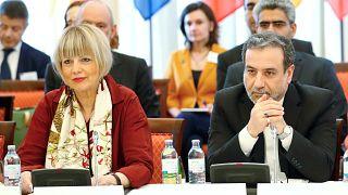 من محادثات فيينا: كبير المفاوضين الإيرانيين عباس عراقجي إلى جانب الدبلوماسية هيلغا شميدت