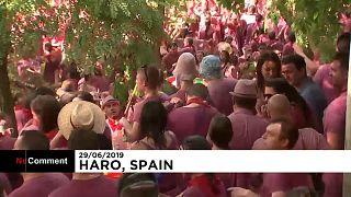 """شاهد: 70 الف لتر من الخمر تسكب في مهرجان """"معركة النبيذ"""" في إسبانيا"""