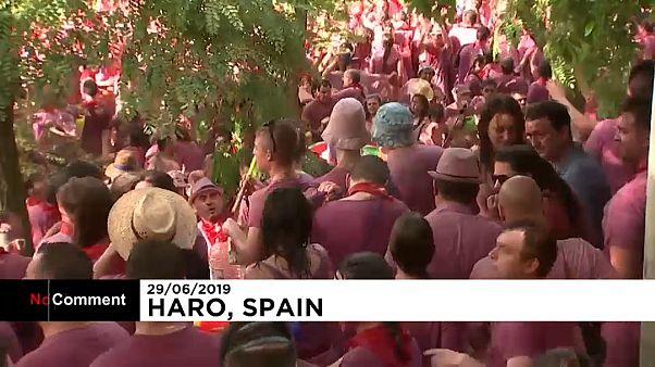 Haro se remoja en vino para celebra a su patrón