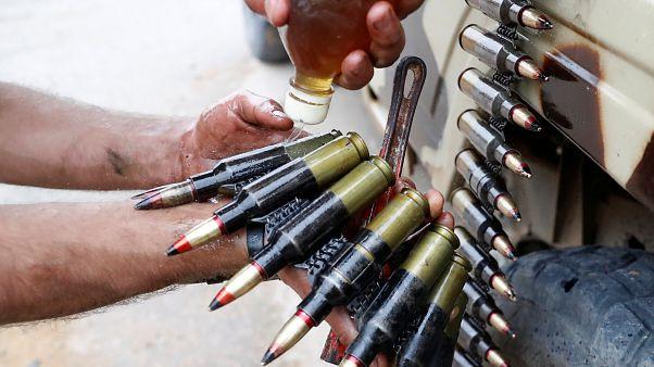 أحد مقاتلي حكومة الوفاق يسكب زيتا على الرصاص خلال المعارك مع قوات المشير خليفة حفتر. أيار/2019