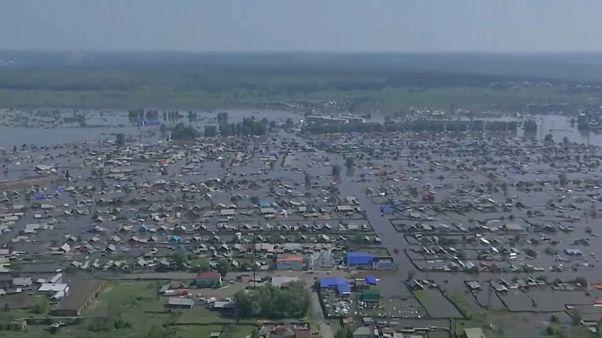 شاهد: فيضانات تغمر آلاف المنازل وتتسبب بوفاة شخصين في روسيا