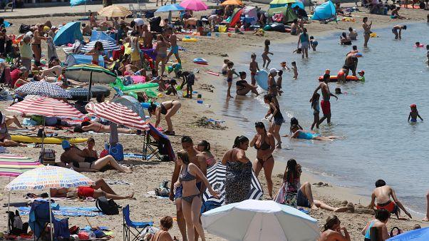 В дни летней жары в конце июня жители Марселя пришли охладиться к морю