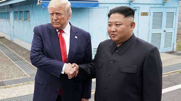 Историческое рукопожатие Трампа и Кима в демилитаризованной зоне
