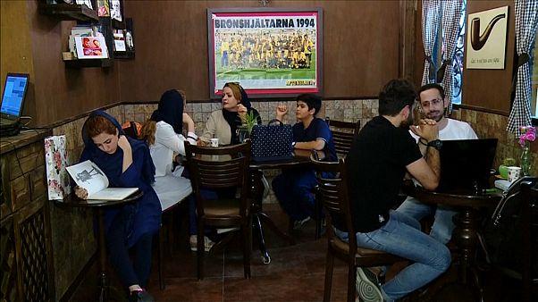 إيرانيون يجلسون في أحدى مقاهي طهران