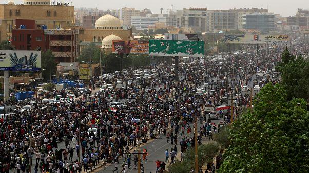 محتجون سودانيون يتوجهون إلى وزارة الدفاع بالعاصمة الخرطوم. 30 حزيران/2019