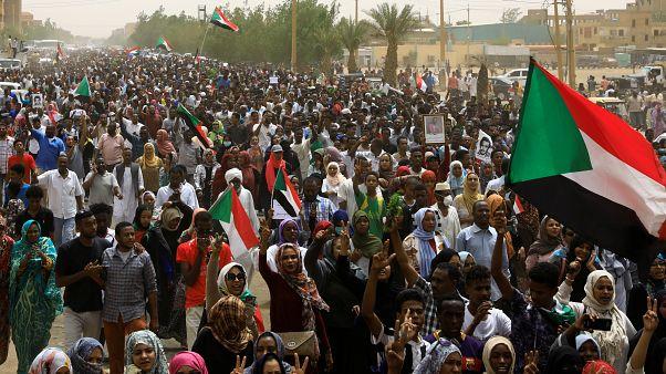 Sudan ordusunun yönetimi sivillere devretmesini isteyen on binlerce kişi gösteri düzenliyor