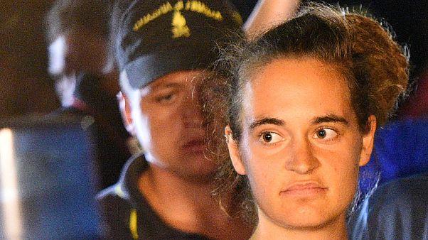 """Carola Rackete escoltada pela polícia após ser detida a bordo do """"Sea Watch 3"""""""