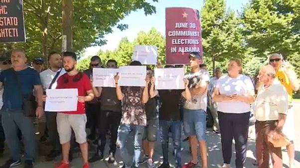 Tüntetés a voksolás napján Albániában