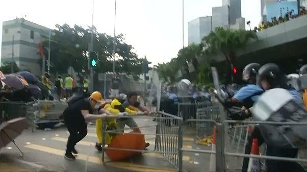 Feierlichkeiten in Hongkong: Demonstranten stürmen Regierungsgebäude