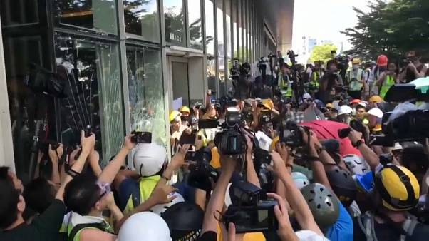 Hong Kong : les manifestants entrent de force dans le parlement local