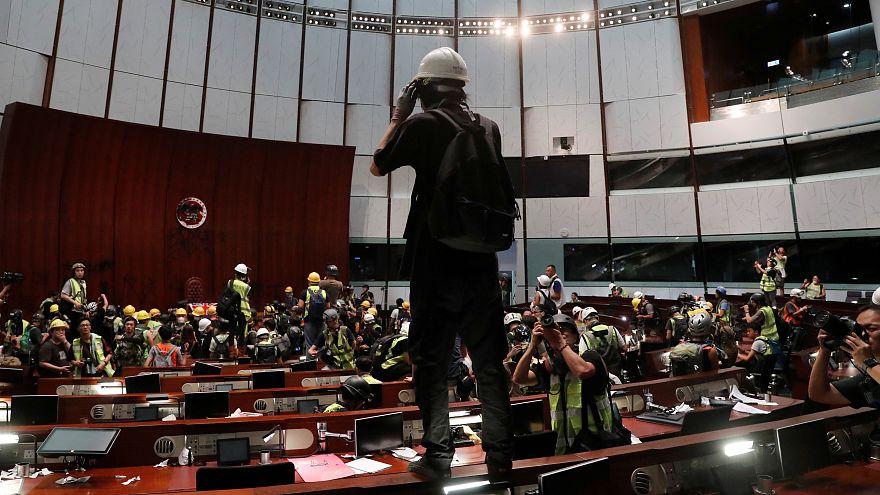 ویدئو؛ تخریب ساختمان و اموال شورای قانونگذاری هنگکنگ توسط معترضان